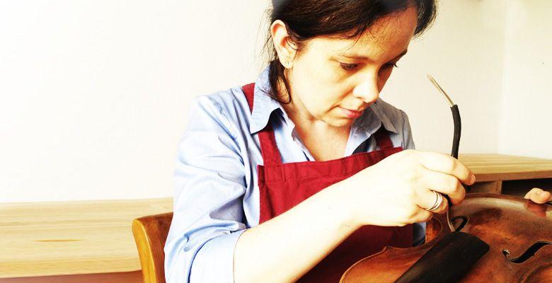 Klangoptimierung am Stimmstock einer Geige