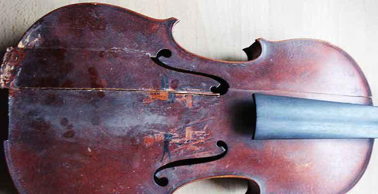 sehr renovierungsbedürftige Geige